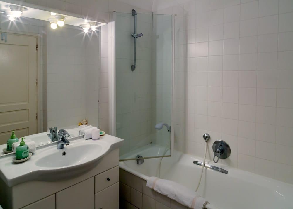 Pimms apartment bathroom